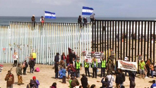 Caravana de migrantes atacada por Trump llega a frontera de EE.UU.