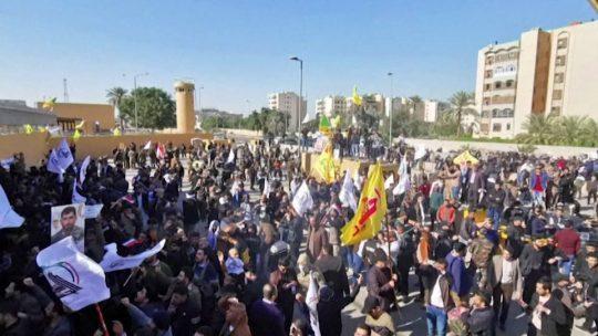 Fuertes protestas frente a la embajada de Estados Unidos en Irak