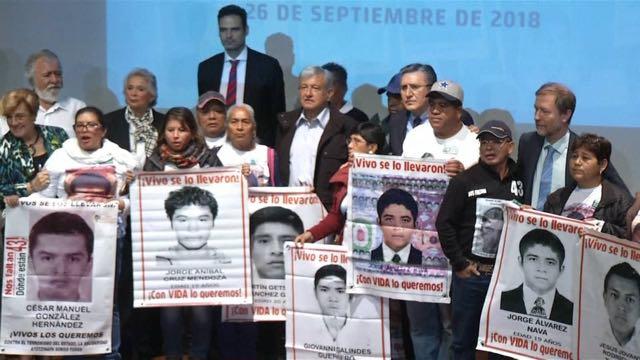 México: AMLO se compromete a investigar desaparición de 43 estudiantes de Ayotzinapa