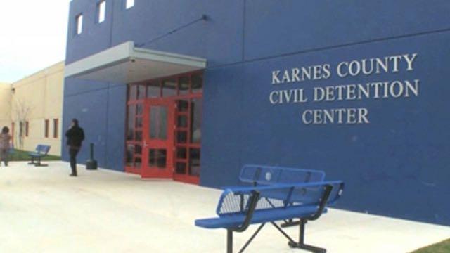 Padres y menores inmigrantes en huelga de hambre en centro de detención en Texas