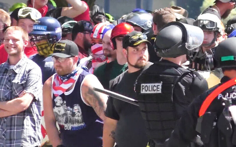 """Grupos de odio celebran el llamado de Trump a grupos de extrema derecha a que """"esperen"""""""