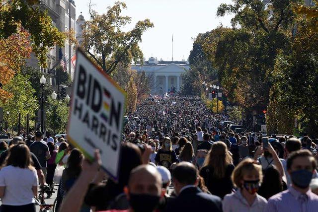 Miles celebran victoria de Joe Biden frente a la Casa Blanca