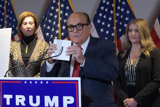 Giuliani afirma que hubo fraude en las elecciones