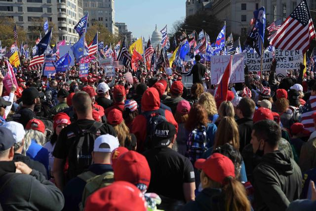 Extremistas de derecha desfilan en Washington en apoyo de Trump
