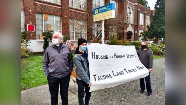 Activistas se toman una escuela desocupada para albergar a personas sin hogar por la pandemia
