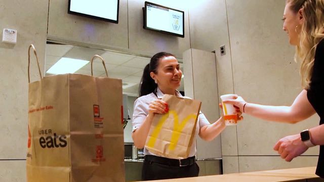 Concejo Municipal de Nueva York aprueba un proyecto de ley que protege a trabajadores de comida rápida
