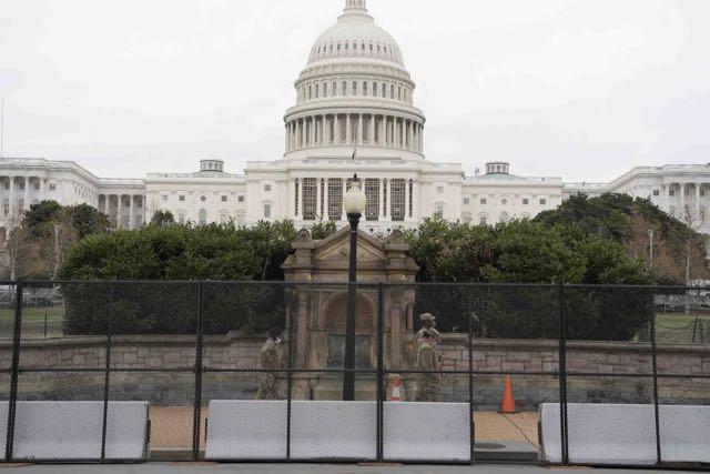 Mallas metálicas rodean al Capitolio en Washington, D.C.