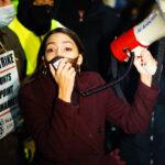La congresista Ocasio-Cortez se une a trabajadores en huelga de mercado agrícola en Nueva York