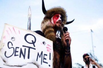 Insurrecto del grupo extremista QAnon que amenazó al vicepresidente Pence, busca el indulto de Trump
