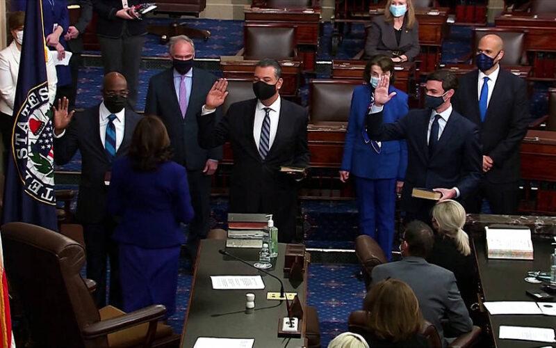 La vicepresidenta Harris toma juramento a tres senadores