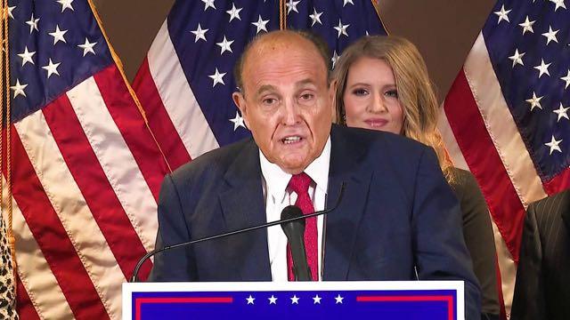 Trump le dice a sus asesores que no paguen honorarios legales a su abogado Rudy Giuliani