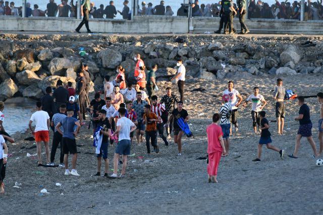 Más de cinco mil solicitantes de asilo nadan desde Marruecos hasta el enclave español de Ceuta