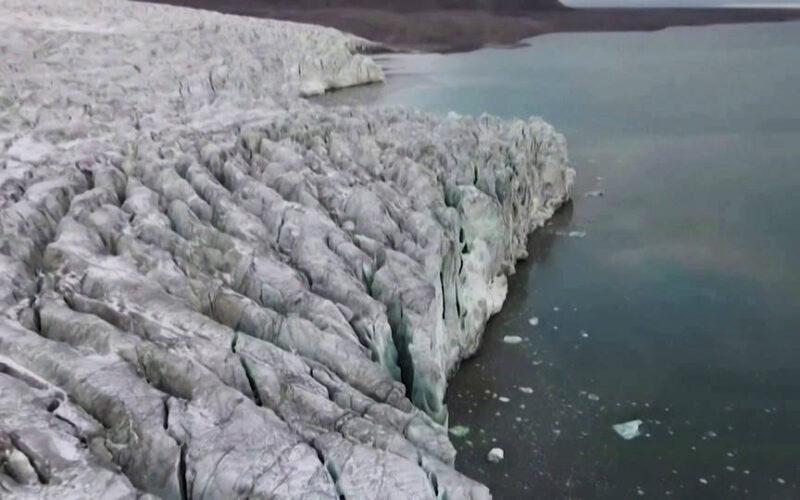 Una enorme capa de hielo se desprende de la Antártida y se convierte en el iceberg más grande del mundo