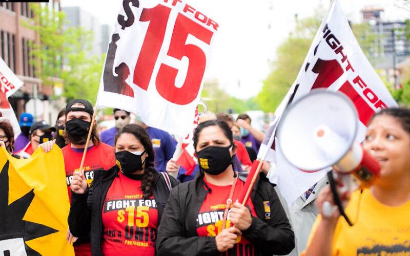 Alexandria Ocasio-Cortez y Bernie Sanders se unen a la huelga de trabajadores de McDonald's en reclamo de un salario mínimo de 15 dólares la hora
