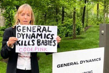 Vocera de CodePink critica a ejecutiva de General Dynamics por la venta de armas a Arabia Saudí