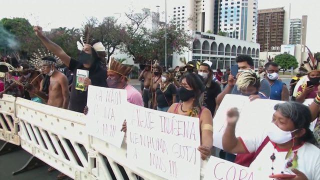 Líderes indígenas de Brasil marchan en protesta de la Copa América para exigir vacunas, no partidos de fútbol