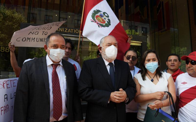 Frio recibimiento de Washington a comitiva peruana que alega fraude