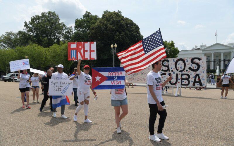 Cubanos protestan frente a la Casa Blanca