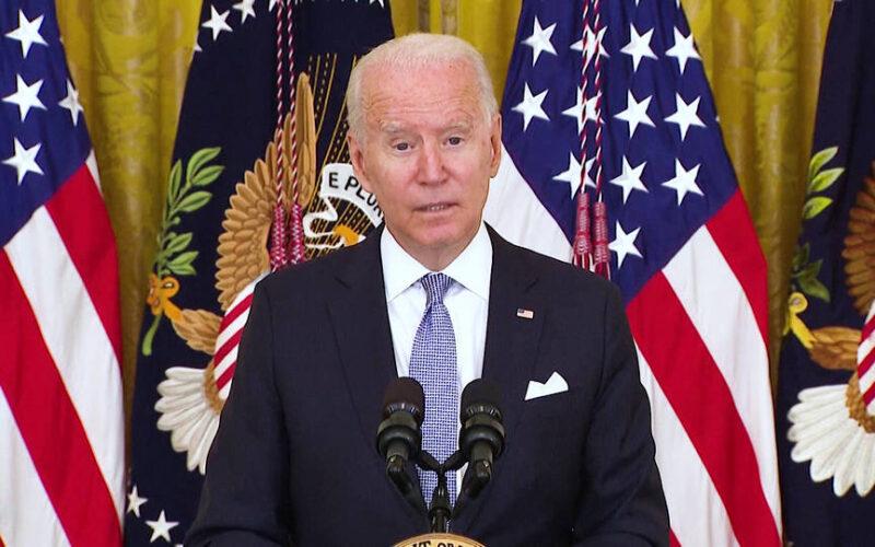Biden anuncia nuevas reglas de vacunación y otros requisitos para los empleados federales