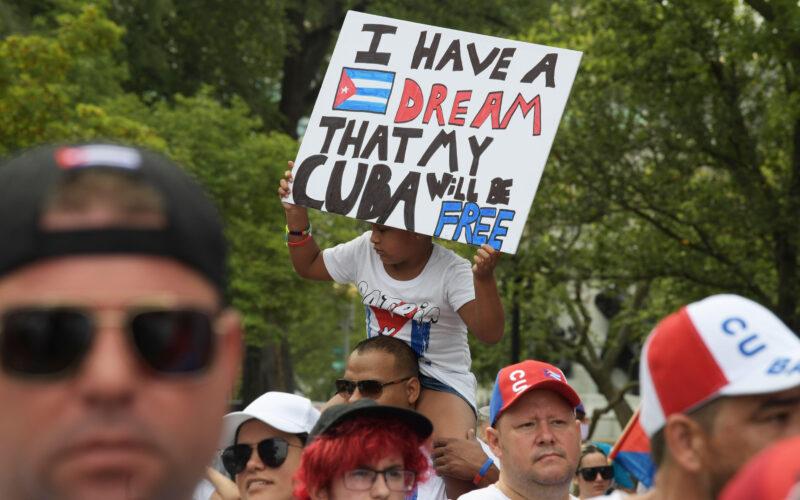 Mensajes cruzados de cubanos en protesta frente a la Casa Blanca