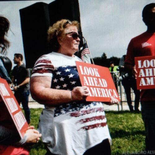Poca asistencia en marcha a favor de asaltantes del Capitolio de EE.UU.