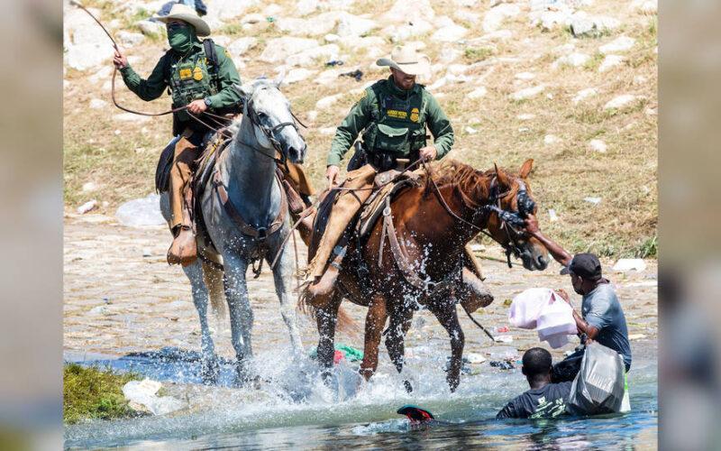 Agentes de la Patrulla Fronteriza de EE.UU. montados a caballo azotan a solicitantes de asilo haitianos