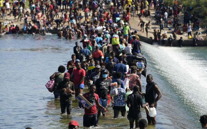 """Haitianos que huyen de la """"miseria inaceptable"""" que viven en su país son recibidos con látigos y grilletes en la frontera sur de EE.UU."""